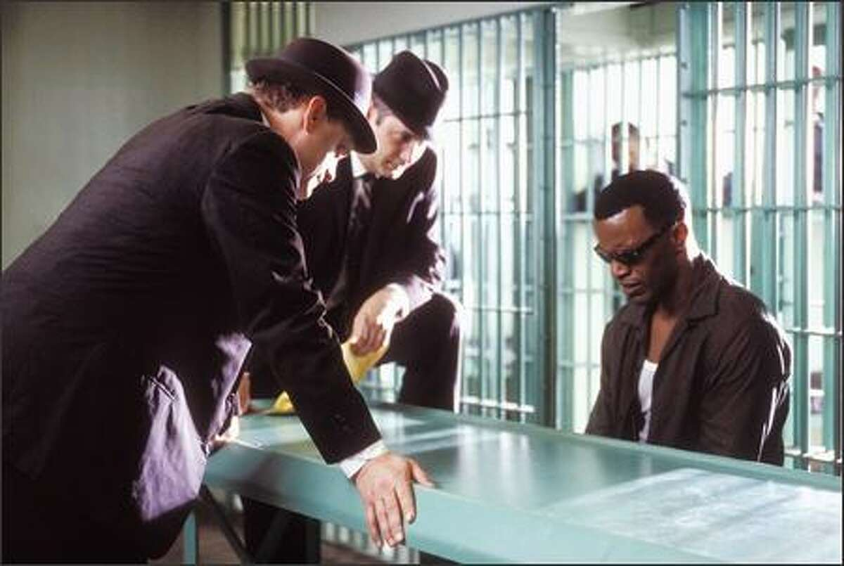 Ray Charles (Jamie Foxx) is arrested for heroin possession. Charles was addicted to heroin until the mid-1960s.