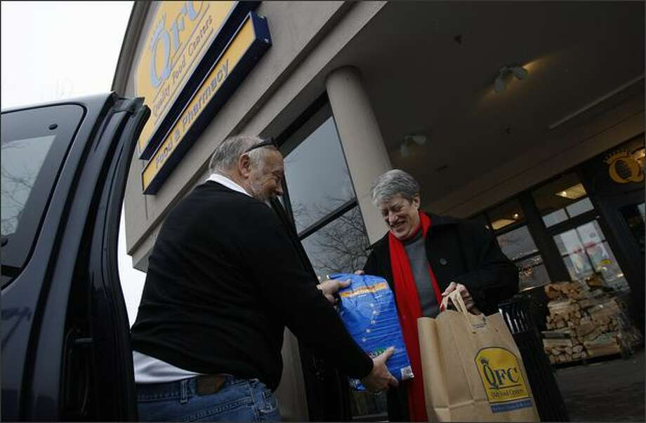 David and Lynn Auld pack up their car with groceries from QFC before heading back to their home in Queen Anne before Saturday's snowstorm. Photo: Brad Vest, Seattle Post-Intelligencer
