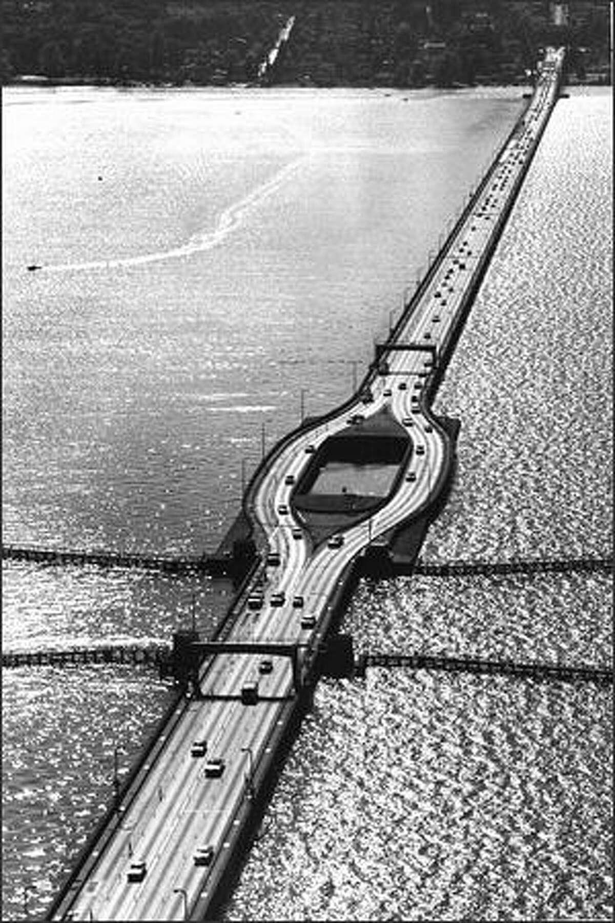 The I-90 floating Bridge on Aug. 25, 1975. (P-I photo by Dave Potts)