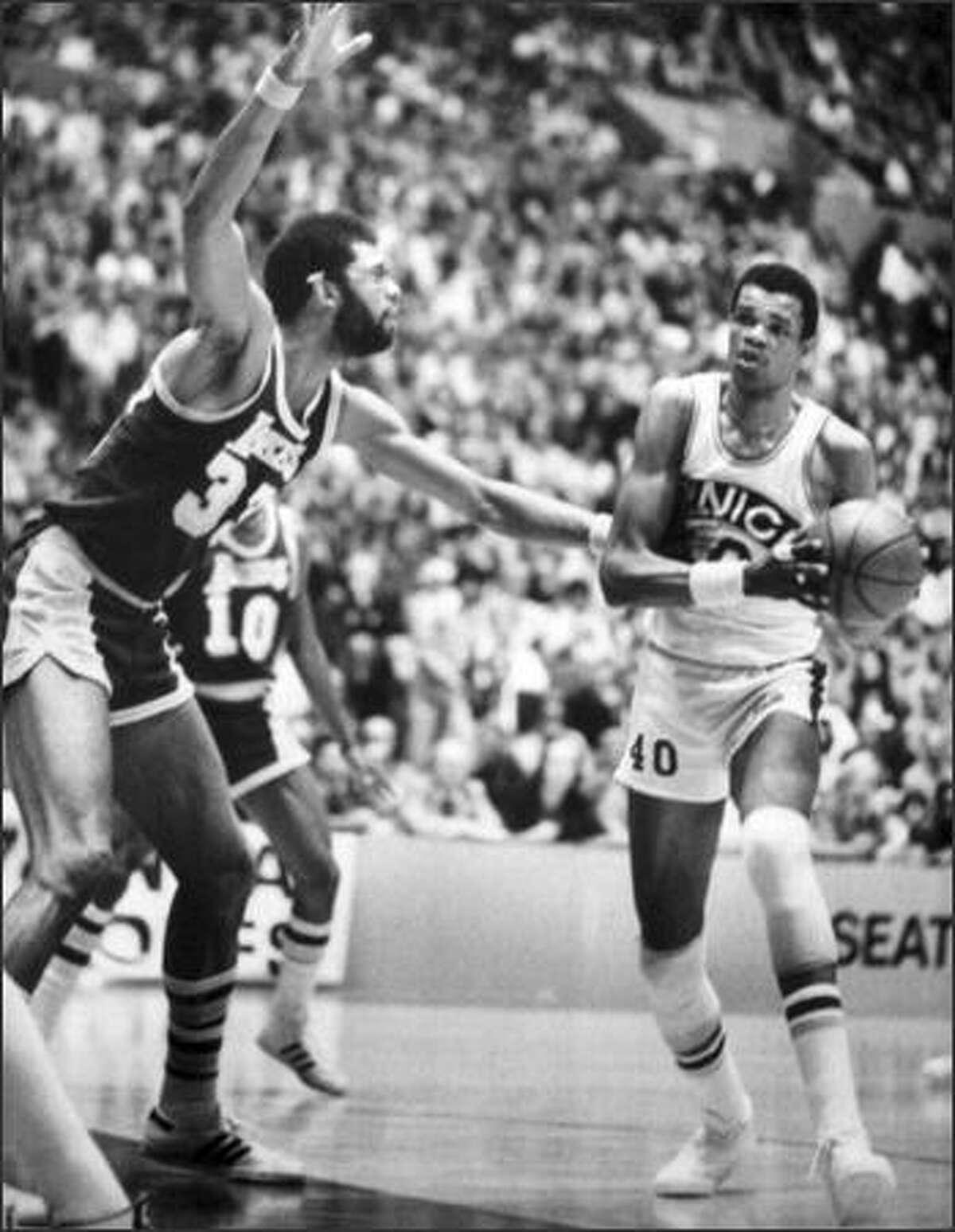 Marvin Webster faces Kareem Abdul-Jabbar in April 1978. (Seattlepi.com file photo)