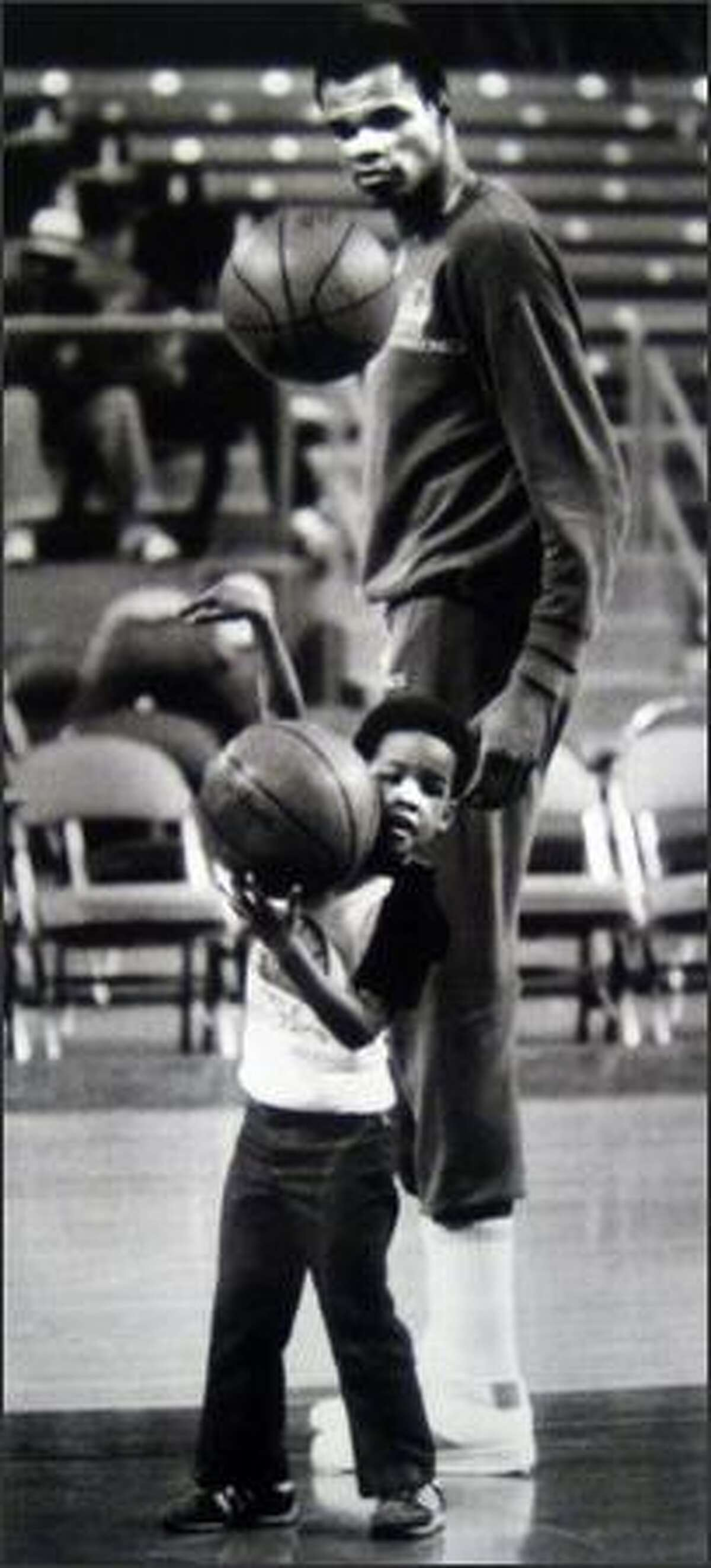 Marvin Webster and his son in 1978. (Seattlepi.com file photo)