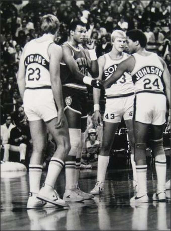 Marvin Webster greets former Sonics teammates, including Dennis Johnson, during his first return to the Kingdome in Nov. 1978. (Bob Miller/Seattlepi.com photo) Photo: P-I File