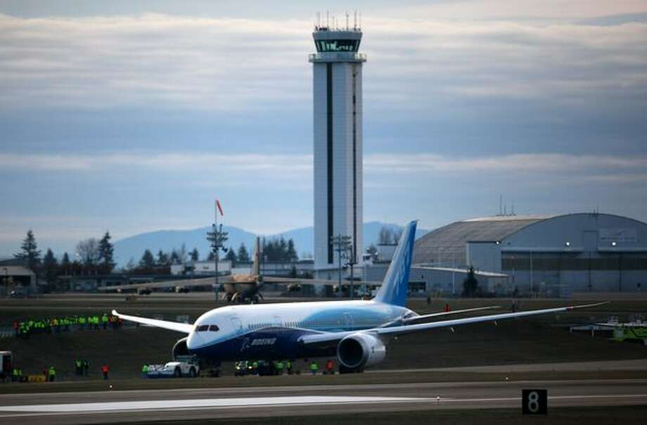 Boeing's 787 Dreamliner stops on the taxiway during taxi tests on Saturday at Paine Field in Everett. Photo: Joshua Trujillo, Seattlepi.com