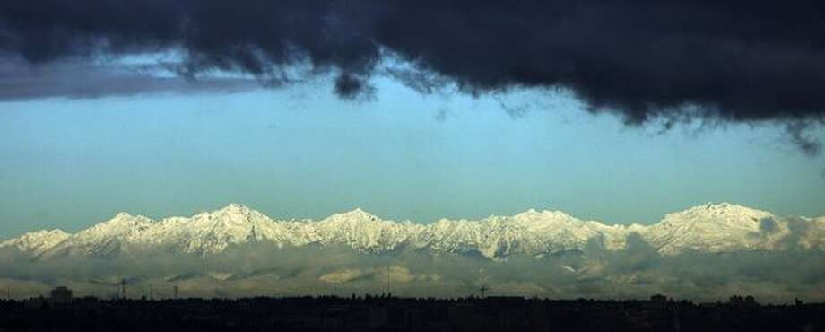 The Olympic Mountains with a new dusting of snow as seen from South Hill in Puyallup on Feb. 26, 2009. Photo: Gilbert W. Arias, Seattle Post-Intelligencer