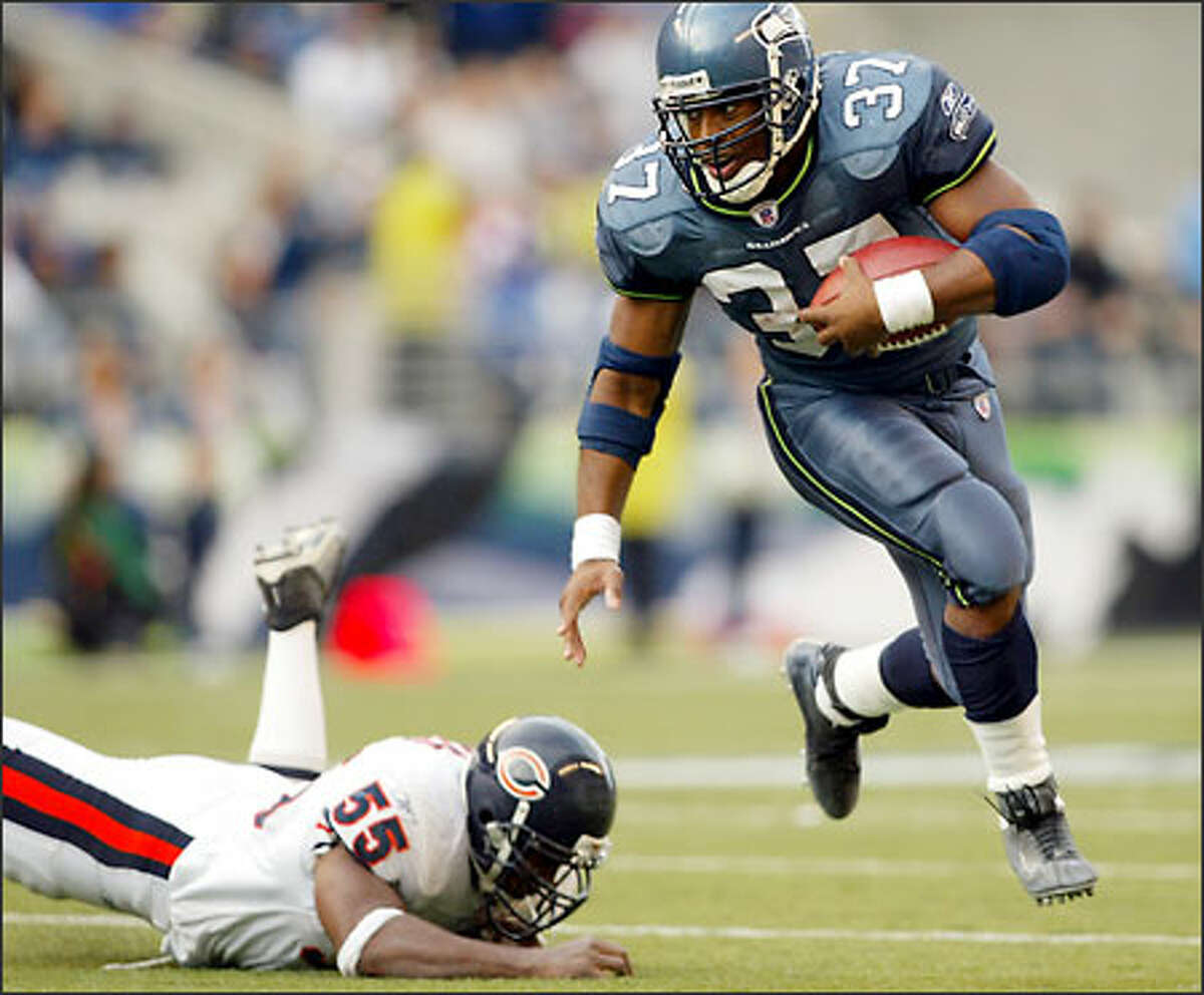 Seahawks running back Shaun Alexander eludes Bears linebacker Lance Briggs on his way to the game-winning touchdown during the fourth quarter.