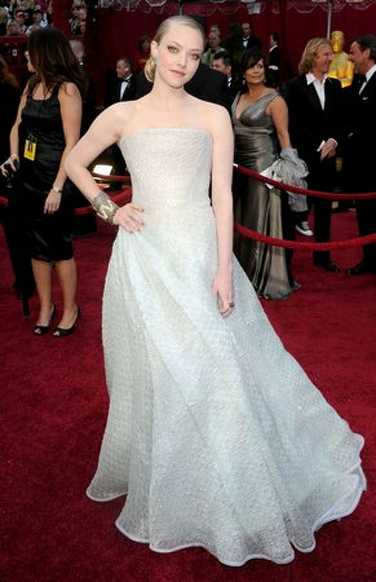 Her counterpart, Amanda Seyfried, wears Armani Privé elegantly. This is simple yet stunning.