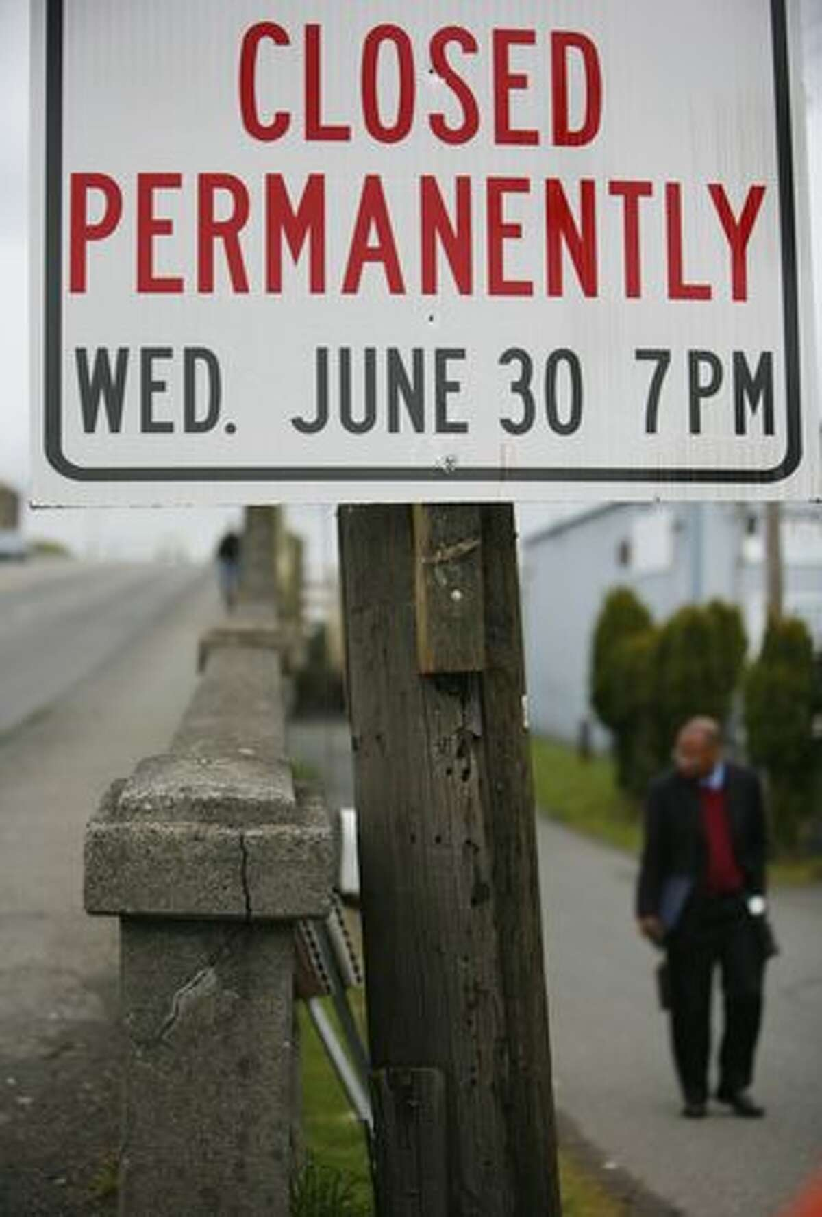 A sign indicates when the South Park Bridge will close.