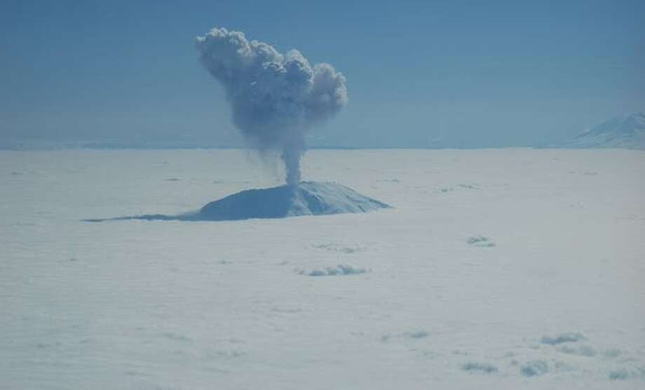 Mt. St. Helens emits an ash and steam plume that accompanied a small earthquake and large collapse of the lava dome Monday, May 29, 2006. (Photo by Jeffrey Payne) Photo: P-I File