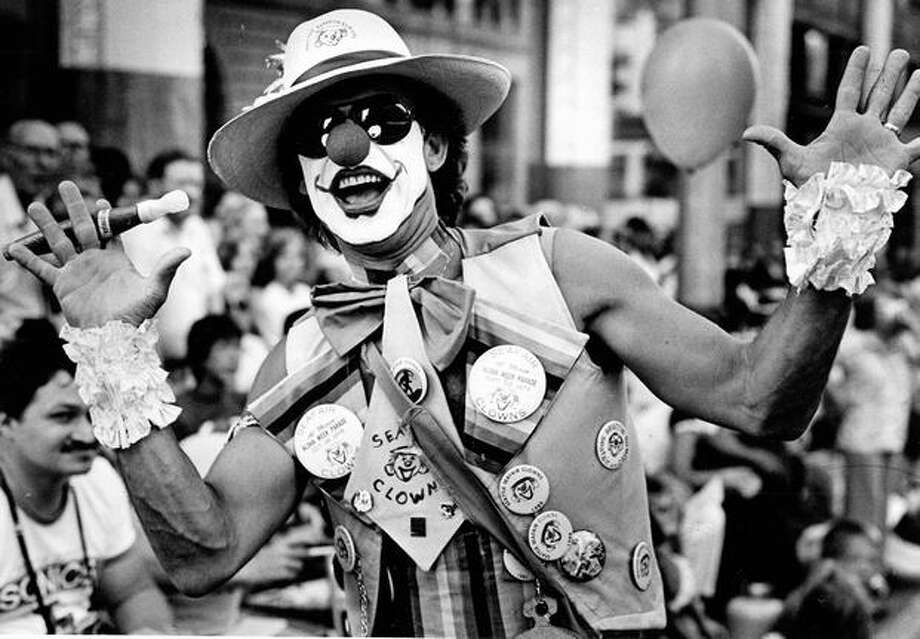 A Seafair clown gestures at Torchlight Parade crowds on Fourth Avenue, August 1981. Photo: P-I File