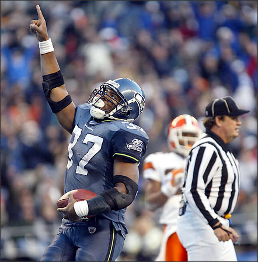 Shaun Alexander celebrates after scoring the Seahawks' final touchdown on a 3-yard run during the fourth quarter. Alexander rushed for 127 yards, bringing his season total to 1,034 -- the third year in a row he's passed 1,000. Photo: Dan DeLong, Seattle Post-Intelligencer