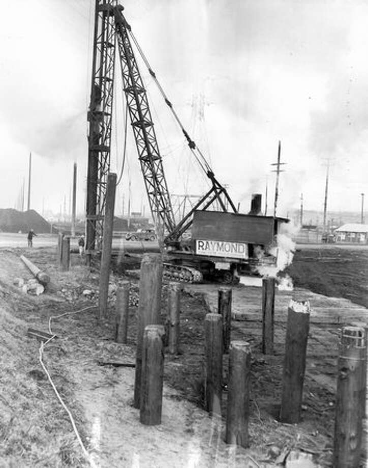 Driving piling for the approach to the First Avenue South Bridge being put into place, Jan. 20, 1955. Photo: P-I File