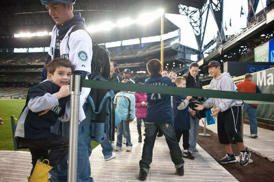 Families wait for their chance to swing bats, Photo: Elliot Suhr, Seattlepi.com