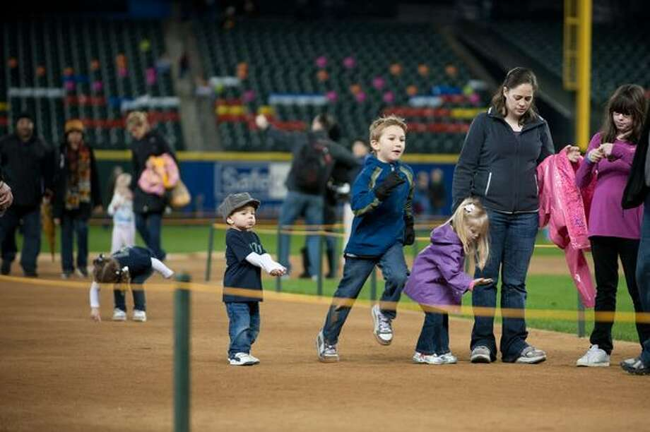 Kids and families take a run around the bases. Photo: Elliot Suhr, Seattlepi.com