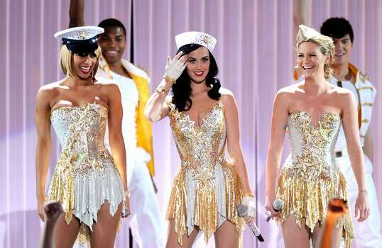 (L-R) Singers Keri Hilson, Katy Perry and Jennifer Nettles perform onstage. Photo: Getty Images