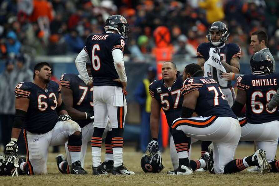 CHICAGO, IL - JANUARY 16: Quarterback Jay Cutler #6 of the Chicago Bears talks with his offense as M