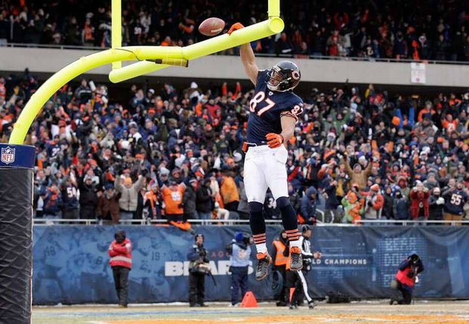 CHICAGO, IL - JANUARY 16: Tight end Kellen Davis #87 of the Chicago Bears dunks the ball over the goal post after scoring on a 39-yard catch in the fourth quarter against the Seattle Seahawks in the 2011 NFC divisional playoff game at Soldier Field on January 16, 2011 in Chicago, Illinois. Photo: Getty Images