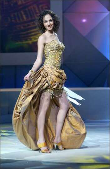 Gal gadot miss israel participates in the 2004 miss universe