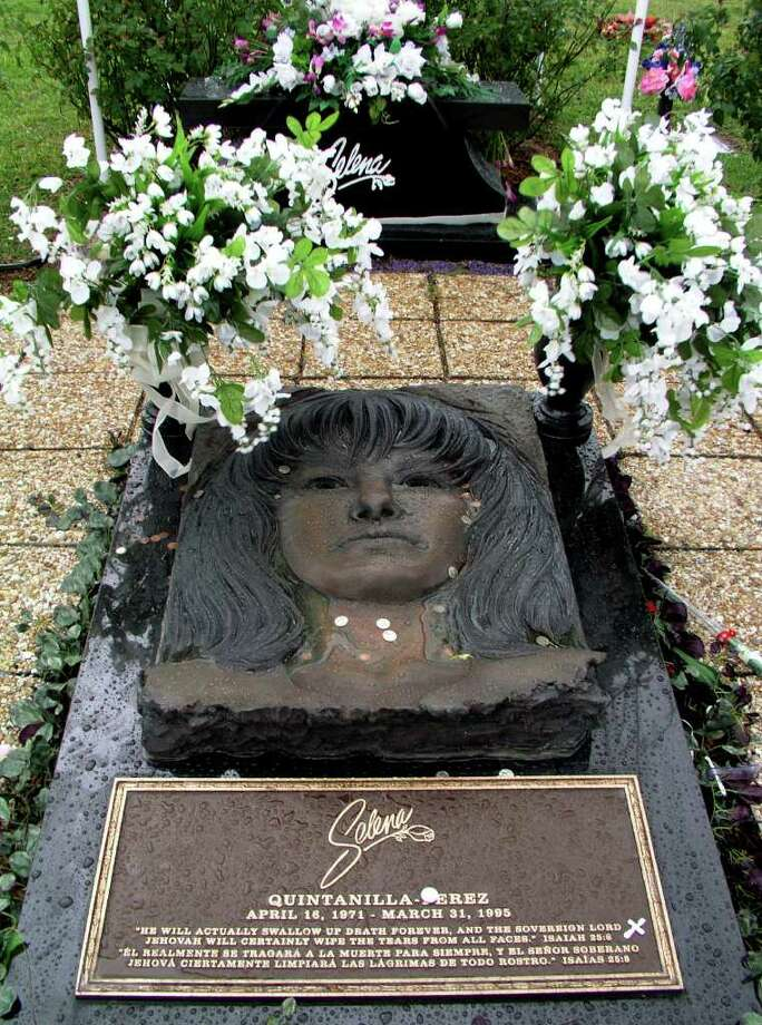SA LIFE CONEXION - The grave of popular singer Selena is located in Corpus Christi, Texas. Selena Quintanilla-Perez, a native of Corpus Christi,  was shot to death 10 years ago. BILLY CALZADA / STAFF Photo: BILLY CALZADA, SAN ANTONIO EXPRESS-NEWS / SAN ANTONIO EXPRESS-NEWS