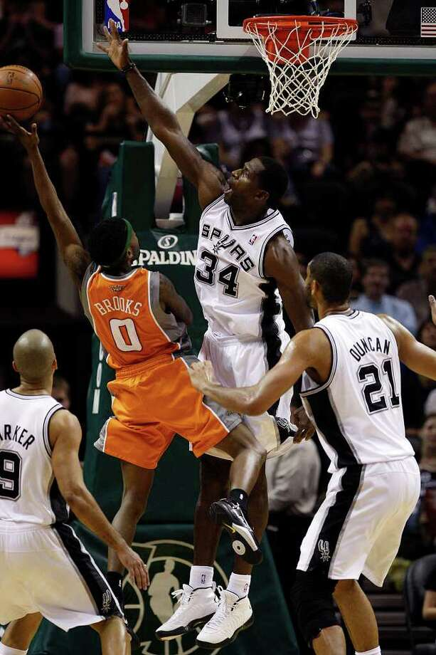 Spurs Antonio McDyess defends against Phoenix Suns Aaron Brooks during the second half at the AT&T Center, Sunday, April 3, 2011. The Spurs won 114-97. JERRY LARA/glara@express-news.net / SAN ANTONIO EXPRESS-NEWS (NFS)