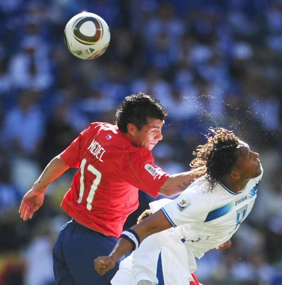 Chile's defender Gary Medel (L) leans on Honduras' striker Carlos Pavon as he heads the ball during the Group H first round 2010 World Cup football match Honduras vs. Chile on June 16, 2010 at Mbombela Stadium in Nelspruit. Photo: Getty Images / Getty Images