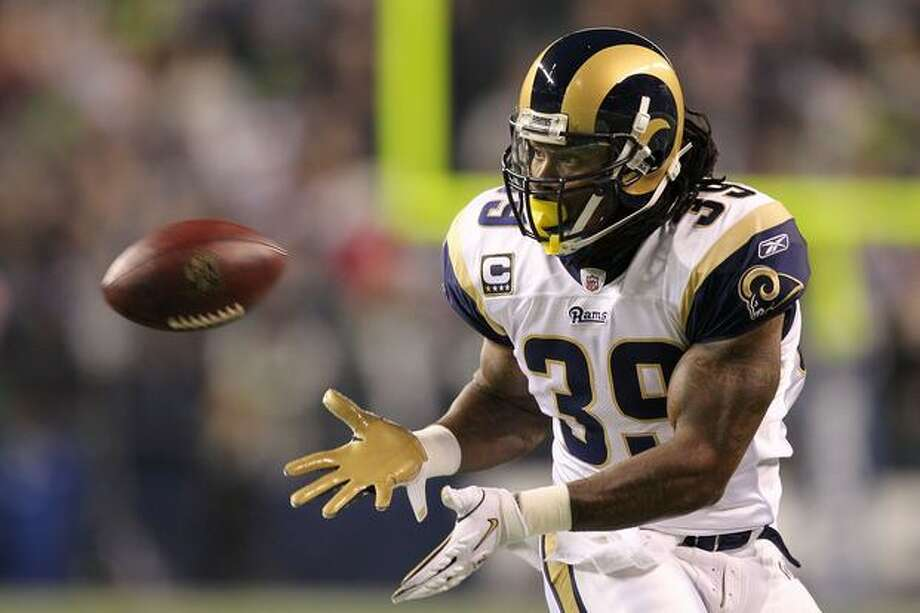 Running back Steven Jackson #39 of the St. Louis Rams looks to catch the ball against the Seattle Seahawks. Photo: Getty Images / Getty Images