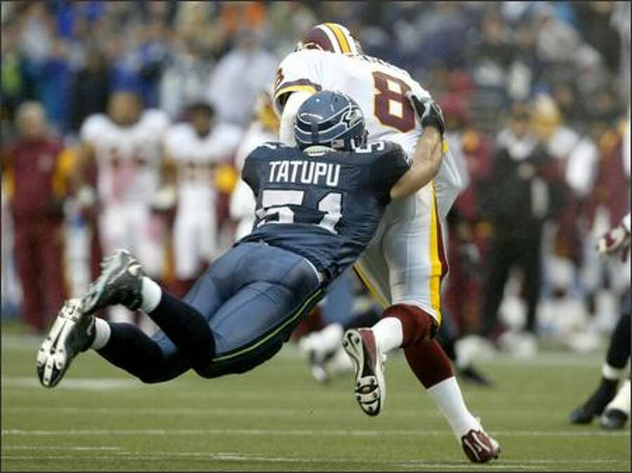 Seahawks linebacker Lofa Tatupu brings down Redskins quarterback Mark Brunell in the first quarter. Photo: Mike Urban, Seattle Post-Intelligencer / Seattle Post-Intelligencer