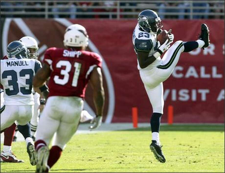 Marcus Trufant sets the tone for the game by intercepting a pass thrown by Cardinals quarterback Kurt Warner in the first quarter. Photo: Mike Urban, Seattle Post-Intelligencer / Seattle Post-Intelligencer