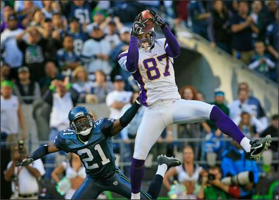 Seahawks cornerback Kelly Jennings can only watch as the Vikings' Marcus Robinson hauls in a 40-yard TD pass to tie the game 10-10 in the second quarter. It was Robinson's longest catch this season. Photo: Dan DeLong, Seattle Post-Intelligencer / Seattle Post-Intelligencer
