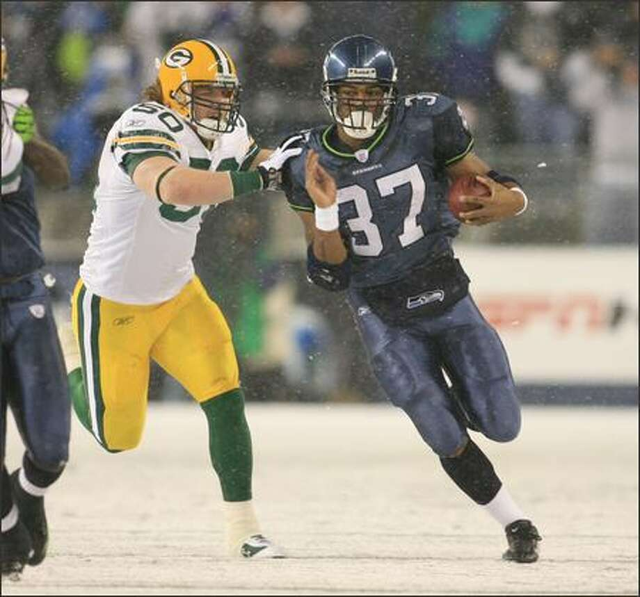 Seattle Seahawks running back Shaun Alexander is pursued by Green Bay Packers linebacker AJ Hawk while running for an 18-yard gain before being pushed out of bounds during first quarter play at Qwest Field in Seattle on Monday. Photo: Dan DeLong, Seattle Post-Intelligencer / Seattle Post-Intelligencer