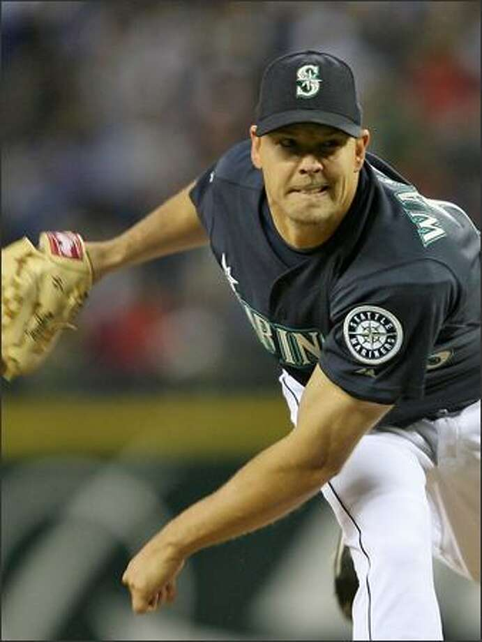 Mariners starter Jarrod Washburn pitches against the New York Yankees during the seventh inning. He held the Yankees scoreless for eight innings to win 3-0. Photo: Mike Urban, Seattle Post-Intelligencer / Seattle Post-Intelligencer