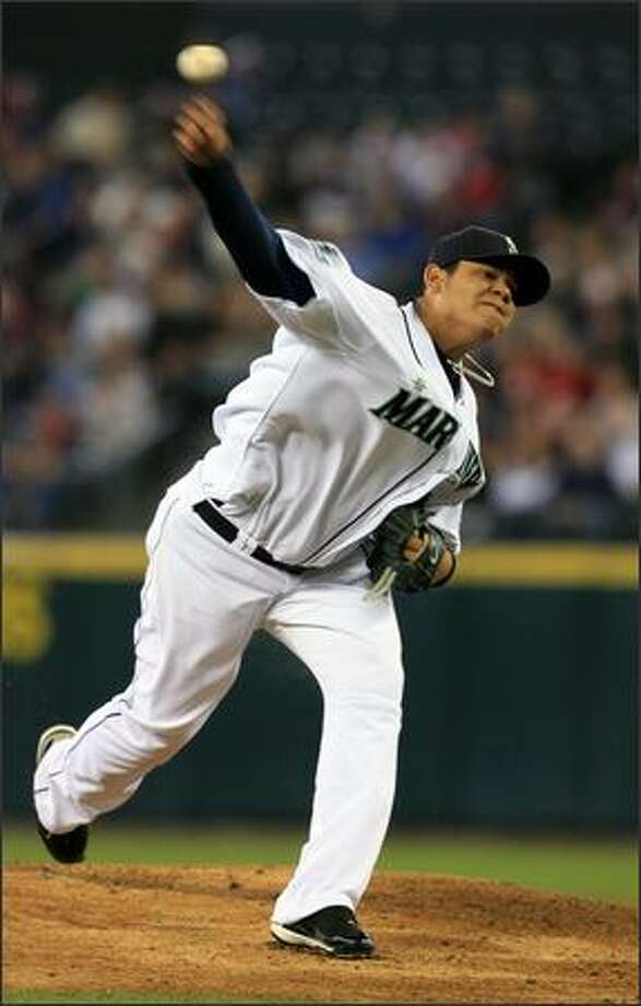 Seattle Mariners starter Felix Hernadez throws against the San Diego Padres during the 1st inning. Photo: Dan DeLong, Seattle Post-Intelligencer / Seattle Post-Intelligencer