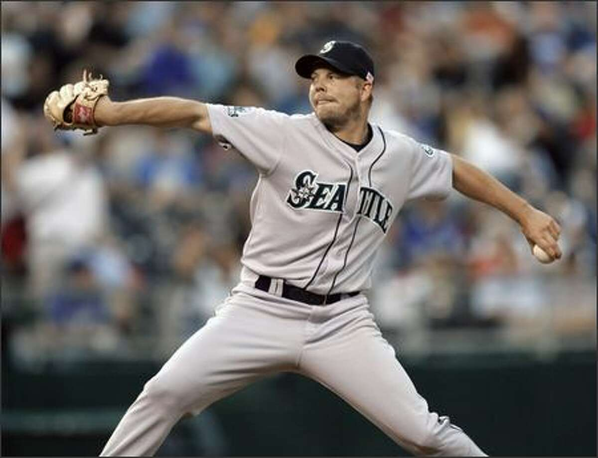 Mariners starter Jarrod Washburn delivers in the second inning. Washburn went eight-plus innings, allowing just five hits and no runs while striking out five and walking only one. He improved to 8-6. (AP Photo/Charlie Riedel)