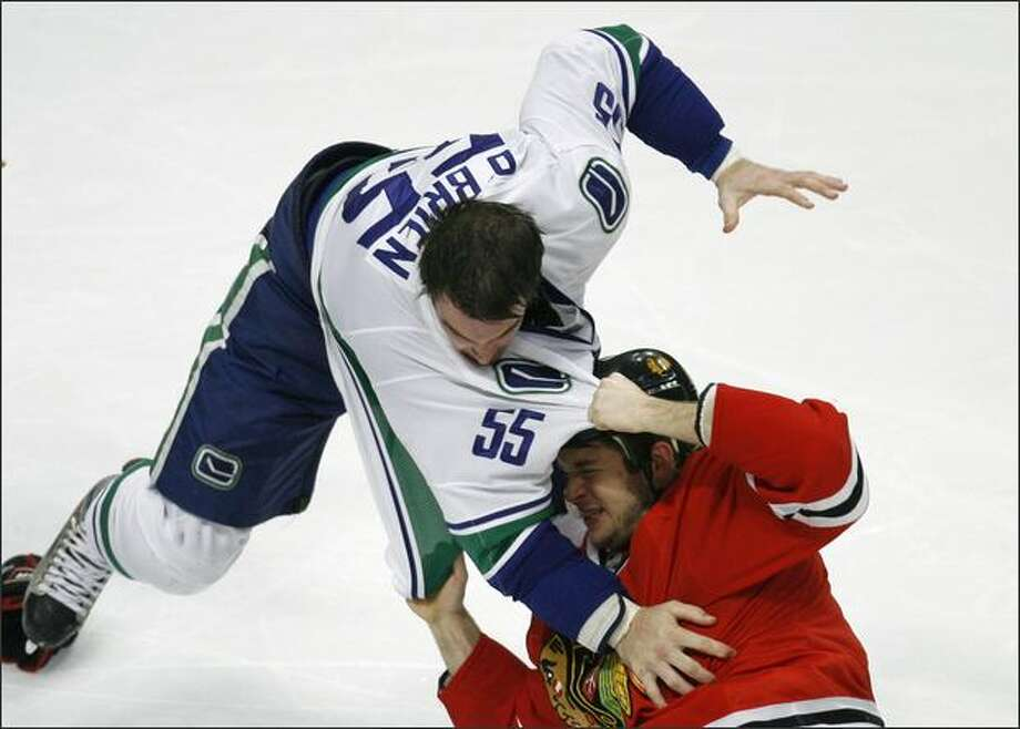 Vancouver Canucks Shane O'Brien (L) fights with Chicago Blackhawks Brent Seabrook as a brawl broke out during the third period of their NHL hockey game in Chicago. Photo: Reuters / Reuters