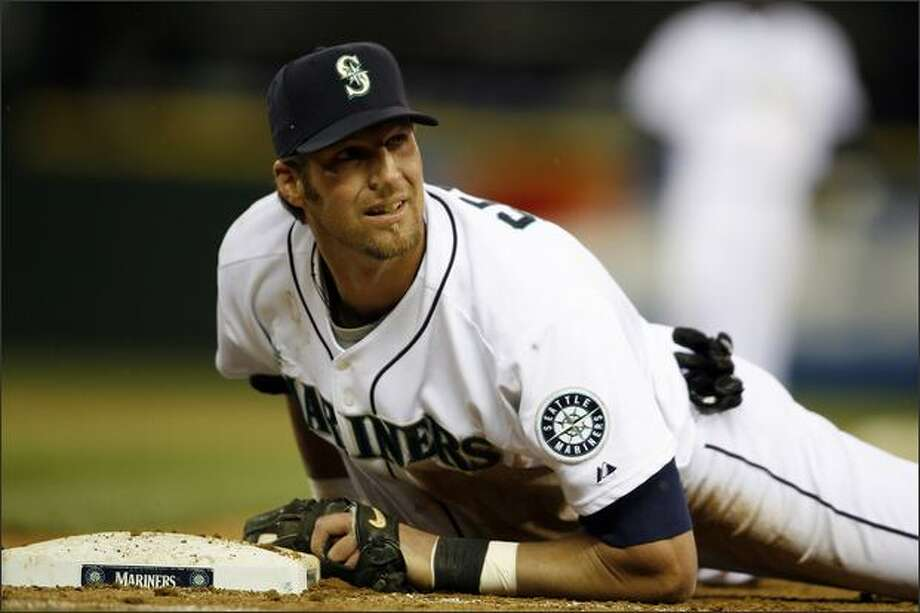 Seattle Mariners Richie Sexson, diving back to his own base, allows Texas Rangers Josh Hamilton a single during eighth inning action at Safeco Field in Seattle. Photo: Mike Urban, Seattle Post-Intelligencer / Seattle Post-Intelligencer