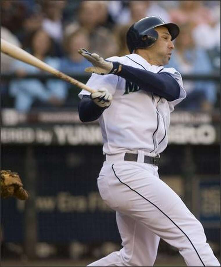 Raul Ibanez hits a single in the first inning to drive in Ichiro Suzuki to tie the game. Photo: Grant M. Haller, Seattle Post-Intelligencer / Seattle Post-Intelligencer