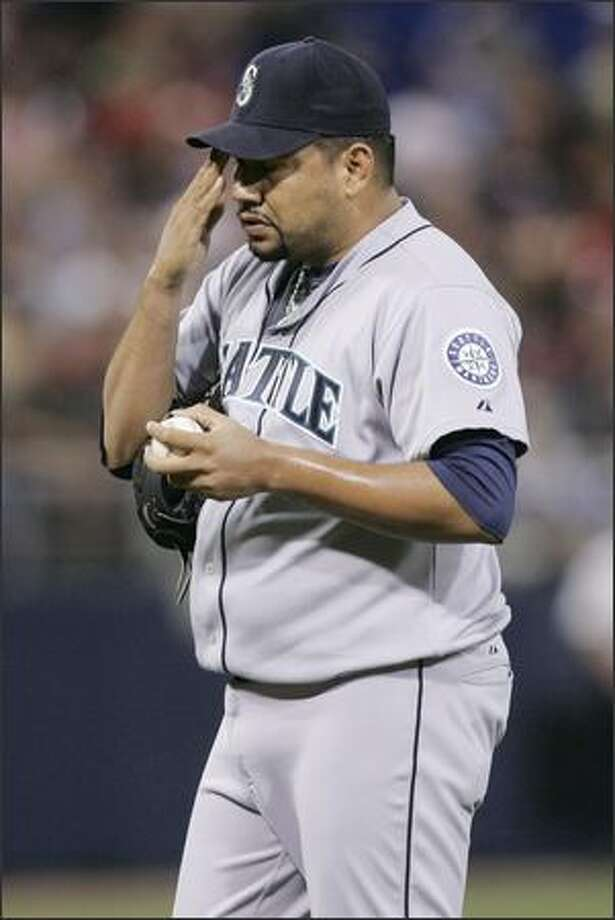 Seattle Mariners pitcher Carlos Silva waits to be pulled in the fourth inning of a baseball game against the Minnesota Twins Friday, Aug. 15, 2008 in Minneapolis. Silva gave up seven runs, five of them in the fourth. (AP Photo/Jim Mone) Photo: Associated Press / Associated Press
