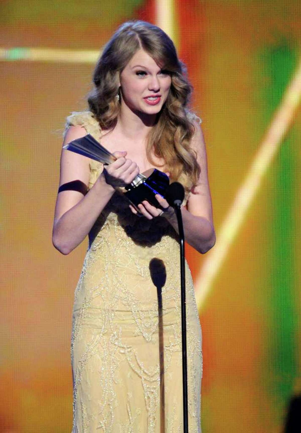LAS VEGAS, NV - APRIL 03: Singer Taylor Swift accepts the Entertainer of the Year Award onstage at the 46th Annual Academy Of Country Music Awards held at the MGM Grand Garden Arena on April 3, 2011 in Las Vegas, Nevada. (Photo by Ethan Miller/Getty Images) *** Local Caption *** Taylor Swift