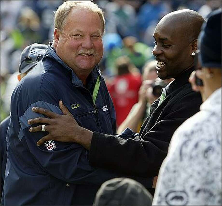 Former Seatltle Supersonics player Gary Payton (right) jokes with Seahawks headcoach Mike Holmgren during a pre-game visit at Qwest Field in Seattle. Photo: Mike Urban, Seattle Post-Intelligencer / Seattle Post-Intelligencer