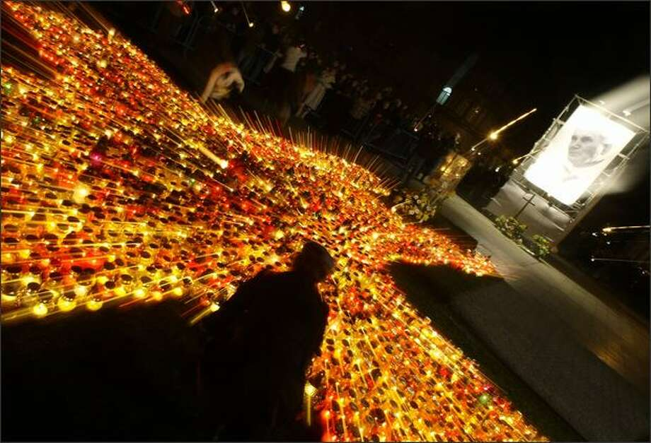 A gathering of faithful place candles on Pilsudski Square in Warsaw to mark the fourth anniversary of Pope John Paul's II death in Warsaw April 2, 2009. Photo: Reuters / Reuters