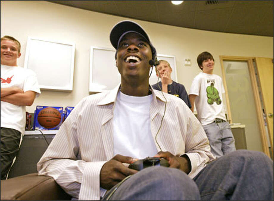 Bremerton's Marvin Williams, selected No. 2 overall by Atlanta in the NBA draft, plays Sega's ESPN NBA 2X5 basketball game on Xbox Live in Redmond. Photo: Dan DeLong, Seattle Post-Intelligencer / Seattle Post-Intelligencer