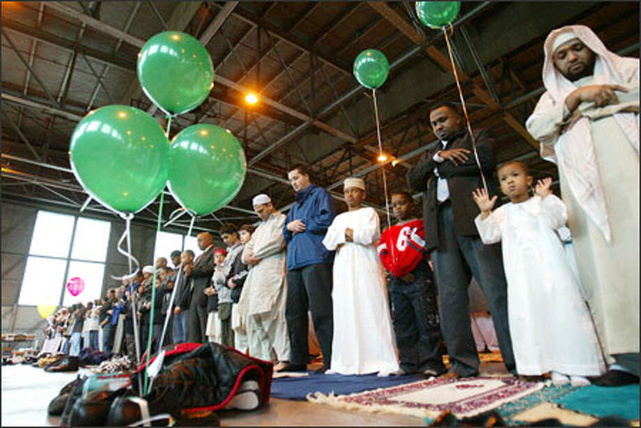 Thousands of Seattle-area Muslims gather to celebrate with communal prayers at the former Sand Point Naval Air Station. Photo: Paul Joseph Brown, Seattle Post-Intelligencer / Seattle Post-Intelligencer