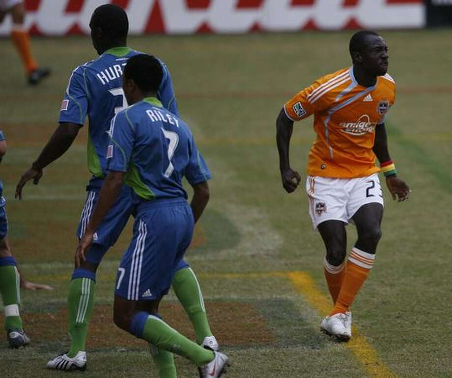 Houston Dynamo forward Dominic Oduro, right, reacts after missing a shot in the first half. Photo: Houston Chronicle / Houston Chronicle