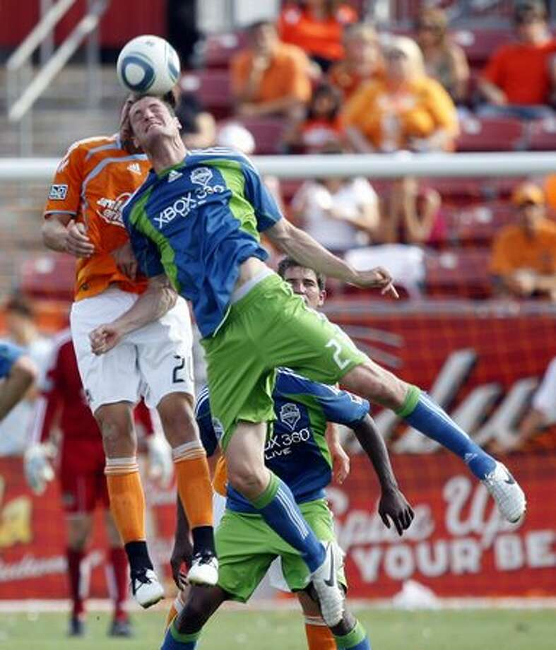 Nate Jaqua (21) of the Seattle Sounders collides with Geoff Cameron (20) of the Houston Dynamo as they go up for a header at Robertson Stadium in Houston, Texas. Photo: Getty Images / Getty Images