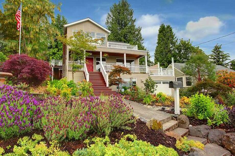 What kind of house can $900,000 buy? Here are four houses in the Seattle area that are currently listed at that price.    This $849,888 house at 4821 53rd Ave. S. in Seward Park has four bedrooms and three bathrooms. Built in 1918, this 3,070 square foot house has lake views, crown moldings and a patio with a cabana and hot tub. (Windermere.com) See the listing.