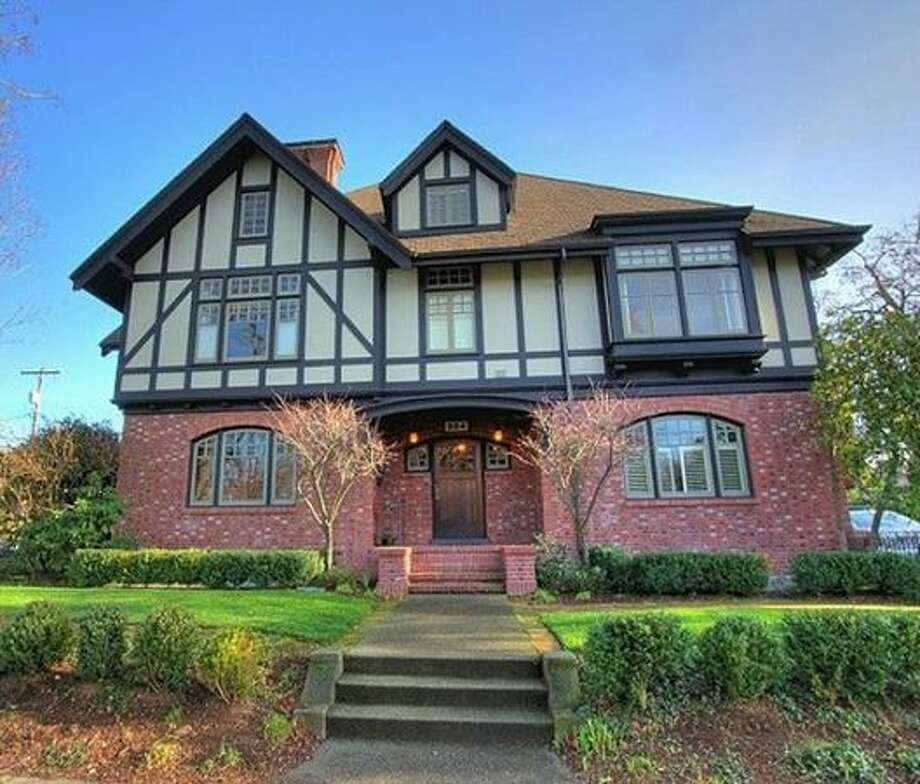 What kind of condo does $400,000 buy? Here are four condos in the Seattle area that are currently listed at that price.   This $399,500 condo at 954 Broadway Ave. E. in Capitol Hill has two bedrooms and 1.5 bathrooms. Originally a Belmont mansion built in 1908, it was remodeled into condos in 2006. This 1,151 square foot condo has a spacious open floor plan, walk-in closets and a shared courtyard for barbecuing.  (Windermere.com) See the listing.