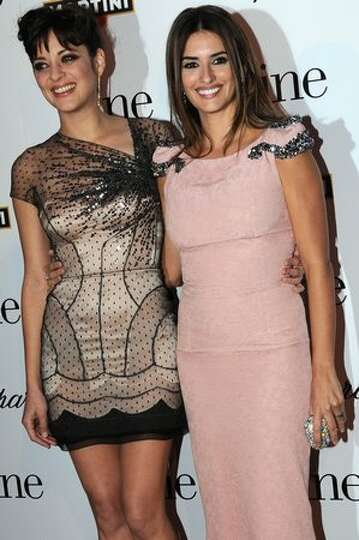 Spanish and French actresses Penelope Cruz (R) and Marion Cotillard pose upon their arrival for a sc