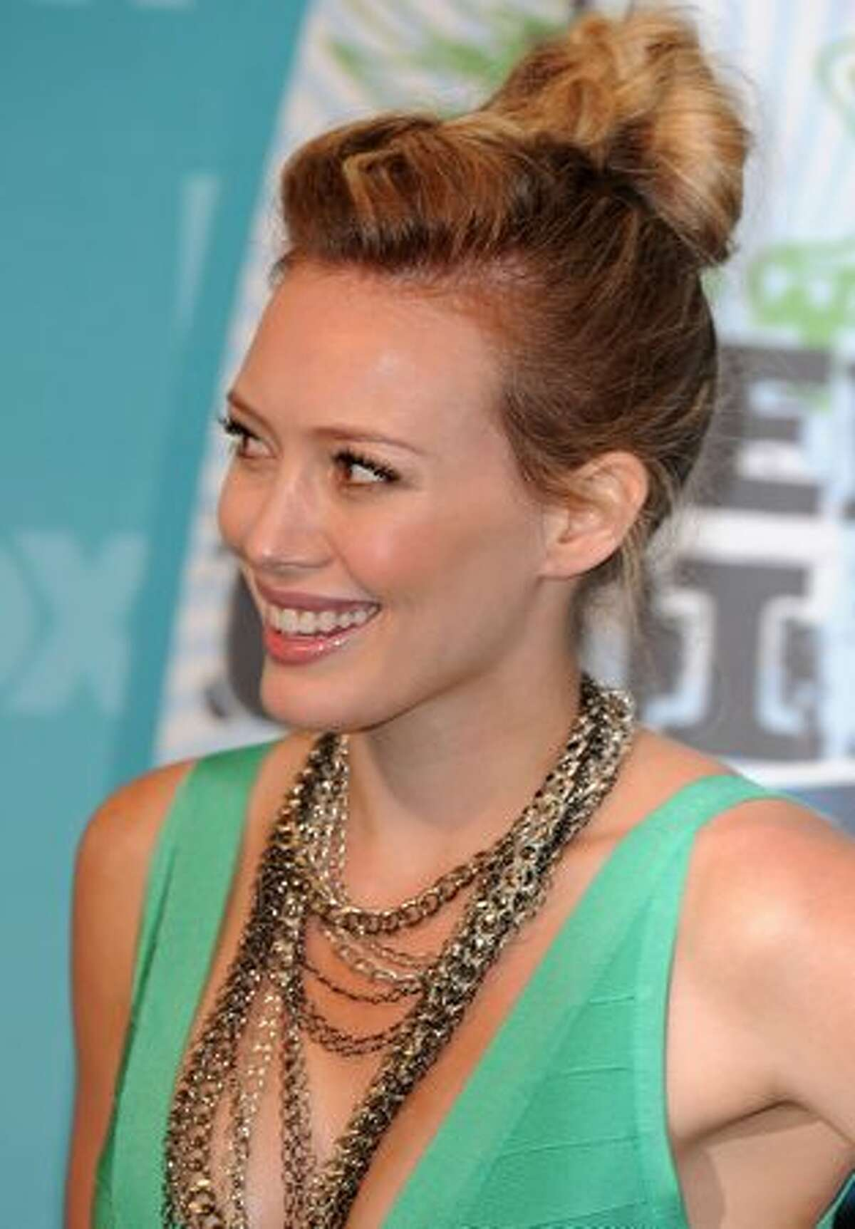 ctress Hilary Duff poses in the press room at the 2010 Teen Choice Awards held at the Gibson Amphitheatre in Universal City, California.
