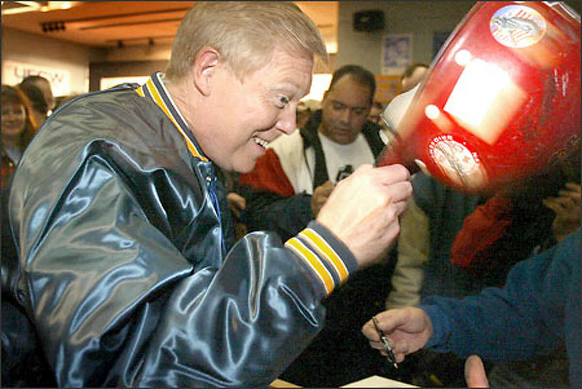 Presidential candidate Dick Gephardt lifts his hat to unionists at the Aerospace Machinists Hall in South Seattle during his visit here yesterday.