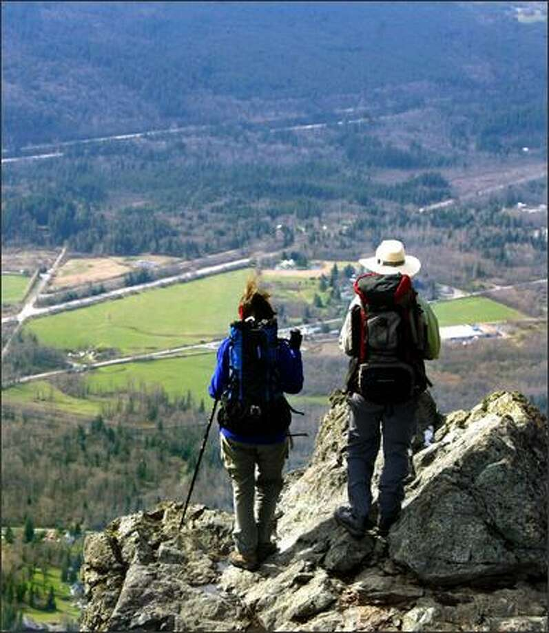 Jeanne Atencio, left, of Sumner, and Peter Smiley of Federal Way admire one of the incredible views from the top of Mount Si. Photo: Karen Ducey, Seattle Post-Intelligencer / Seattle Post-Intelligencer