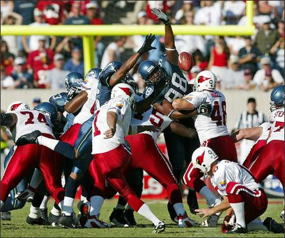 Arizona Cardinals kicker Neil Rackers scores on a 50-yard field goal in the third quarter.